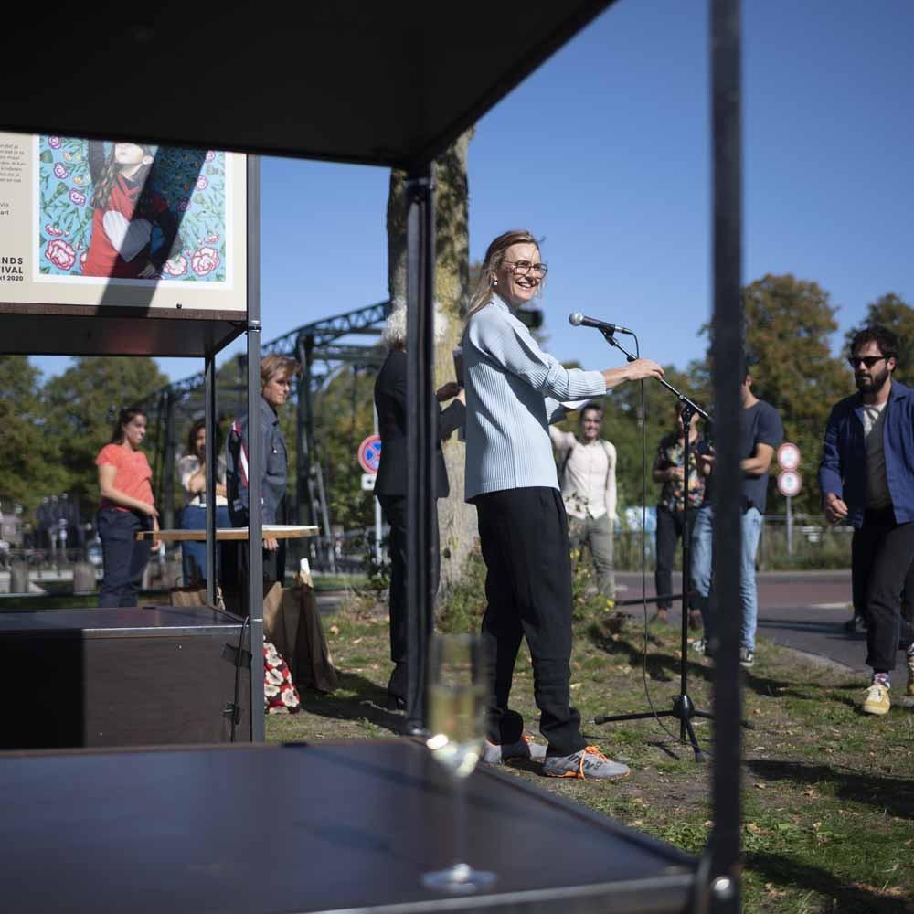 Marlies Visser tijdens de opening van Affiche-art voor Film, 2020
